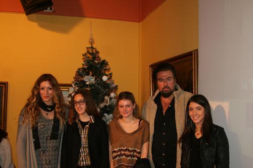 Οι ηθοποιοί Μάντυ Λάμπου και Κωνσταντίνος Κωνσταντόπουλος με βραβευμένους μαθητές